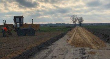 Trwają prace nad utwardzaną drogą w Rozwadowie